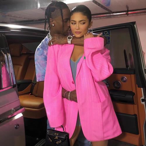 "Kylie Jenner坐不住了,回应和Travis Scott回到""开放式关系""传言"
