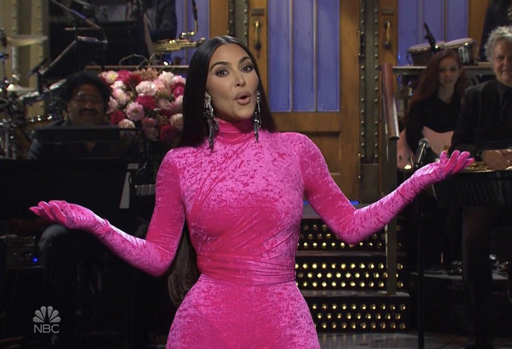 卡戴珊在SNL首次主持节目,开Kanye玩笑